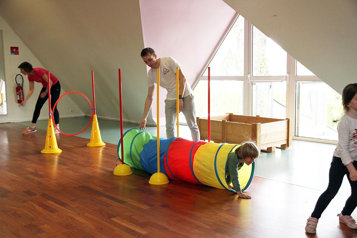 adulte qui aide un enfant - gym éveil